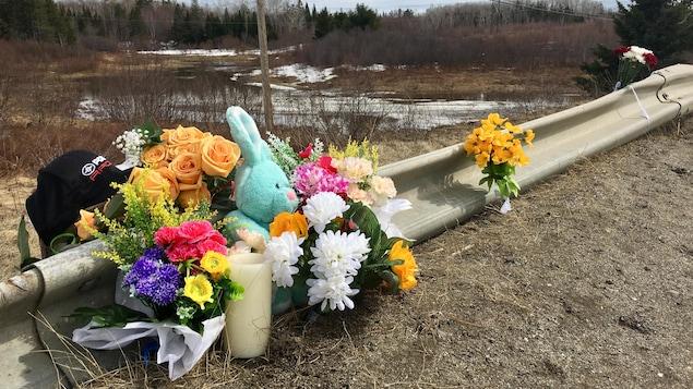 Le lieux de l'accident avec les cadeaux déposés par les membres de la communauté.