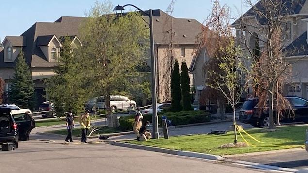 Une rue résidentielle avec du ruban de police jaune