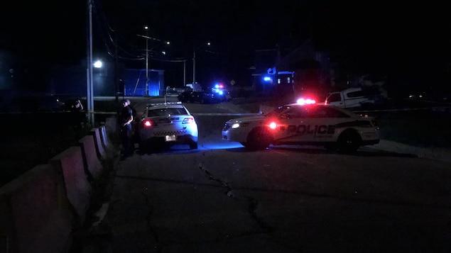 Des voitures de police et un périmètre