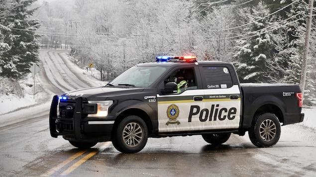 Un véhicule de la Sûreté du Québec bloque la route.