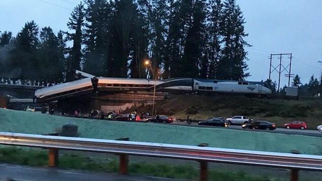 Plan large montrant le train accidenté.