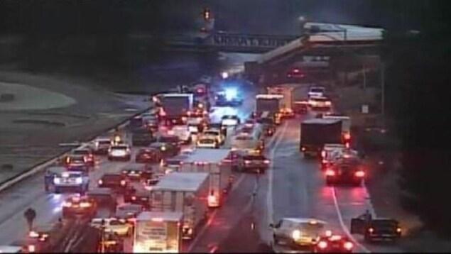 L'embouteillage causé par l'accident sur l'autoroute I-5.