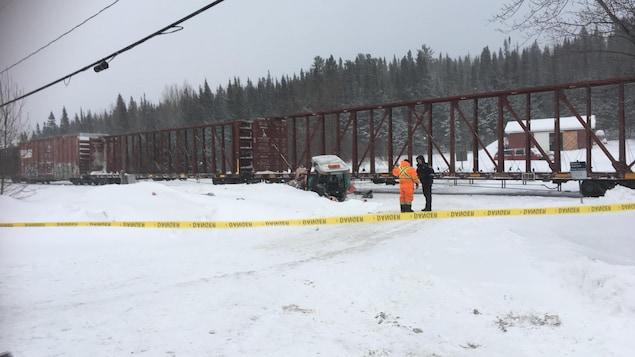 Le train arrêté sur la voie et la carcasse du tracteur
