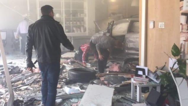 Un des deux véhicules accidentés s'est retrouvé à l'intérieur d'un bâtiment situé à l'intersection des boulevards Langelier et Charest, à Québec.