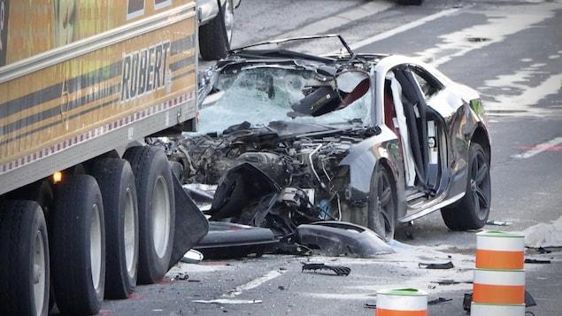 La voiture a emboutie l'arrière d'un camion