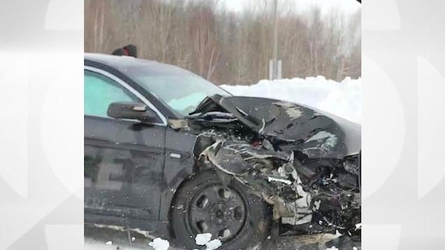 Une voiture de police fantôme accidentée en hiver.