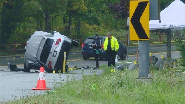 Des agents sur la scène de l'accident.
