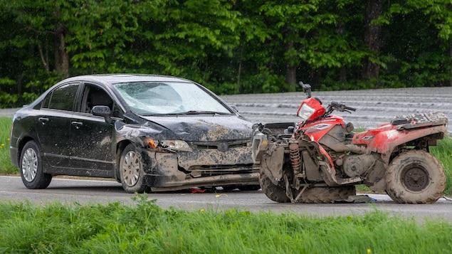 Un véhicule noir et un VTT rouge accidentés.