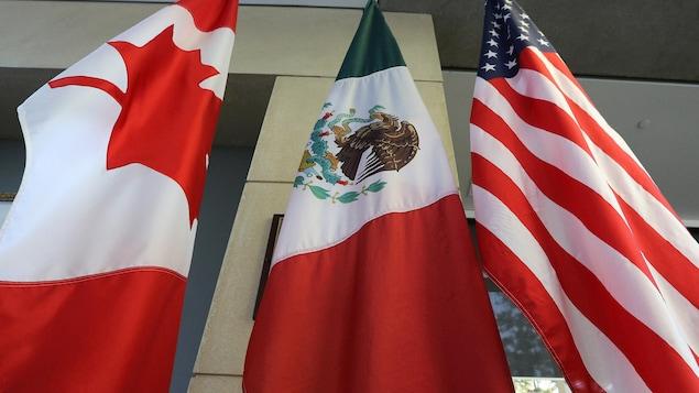 Les drapeaux des États-Unis, du Mexique et du Canada, placés côte à côte.