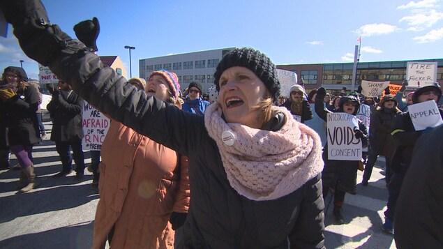 Des femmes manifestent contre l'acquittement d'un policier accusé d'agression sexuelle.