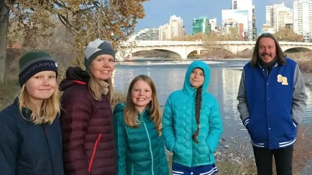 Sadie Vipond et sa famille aux côtés de Greta Thunberg et de son père.