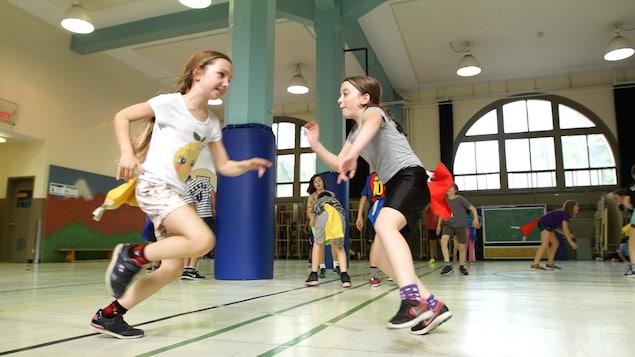 On voit plusieurs élèves en arrière-plan qui essaient de s'attraper. Même chose pour les deux jeunes filles en avant-plan.