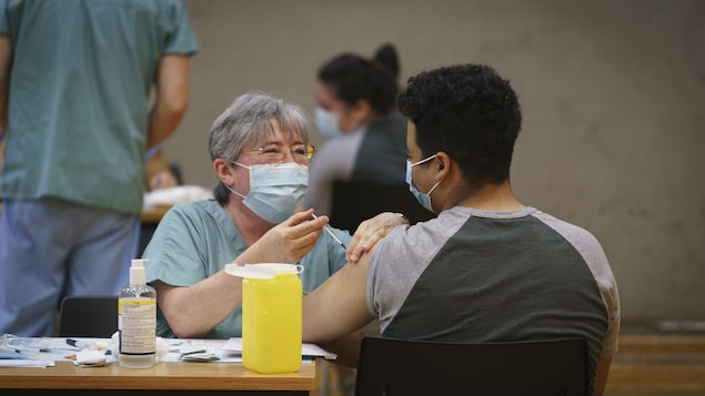 Une infirmière injecte un vaccin.