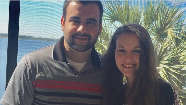 Une photo d'Adriana Chrétien-Lewis avec son époux