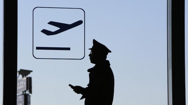 Un policier patrouille à l'aéroport de Pékin.