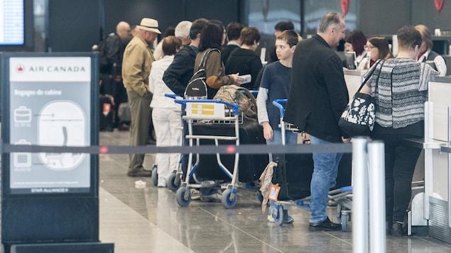 Des passagers dans un aéroport canadien.