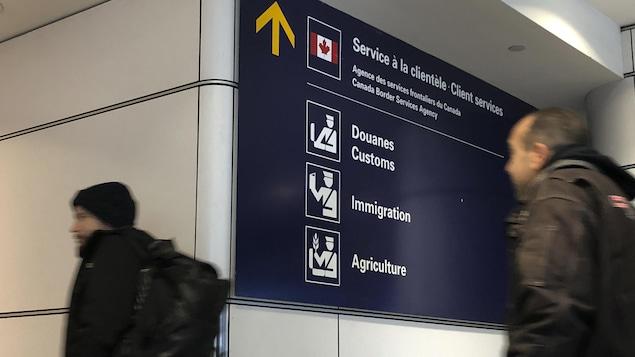 La signalisation des douanes et des bureaux de l'immigration à l'Aéroport Pierre-Elliott-Trudeau.