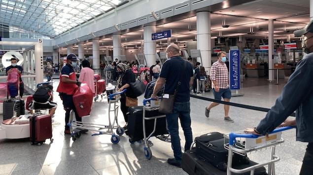 Une file d'attente à l'aéroport de Montréal.