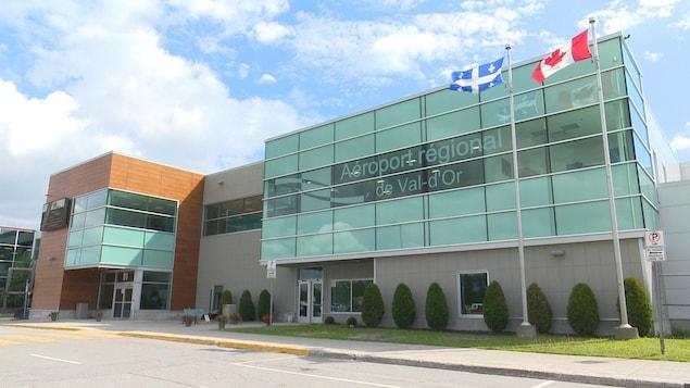 La façade de l'aéroport régional de Val-d'Or.