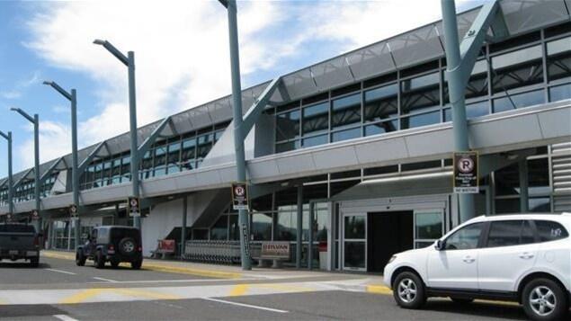 Vue extérieure de l'aéroport international de Thunder Bay en Ontario.