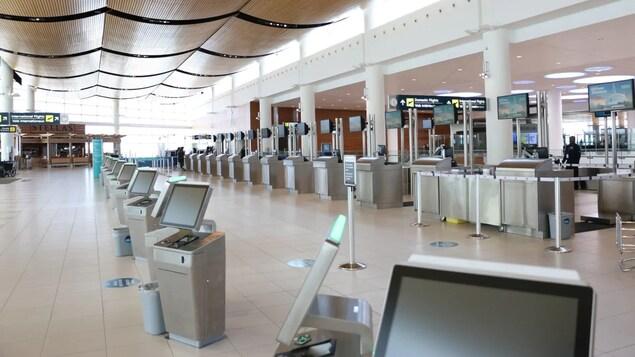 Des bornes d'enregistrements inutilisées dans un aéroport.