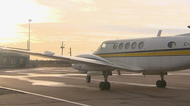 Un avion stationné sur le tarmac d'un aéroport.