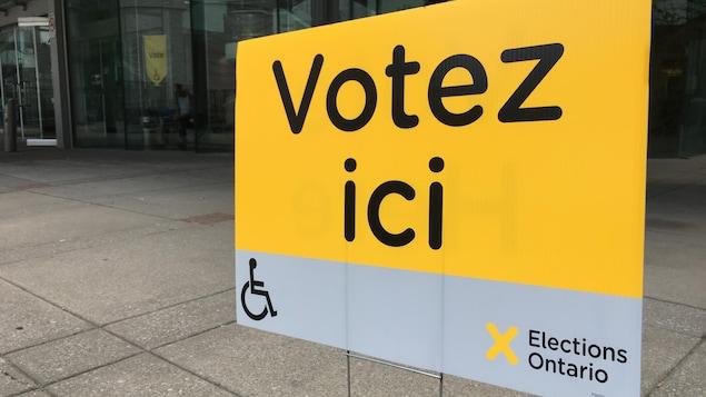 Une affiche jaune qui dit : Votez ici