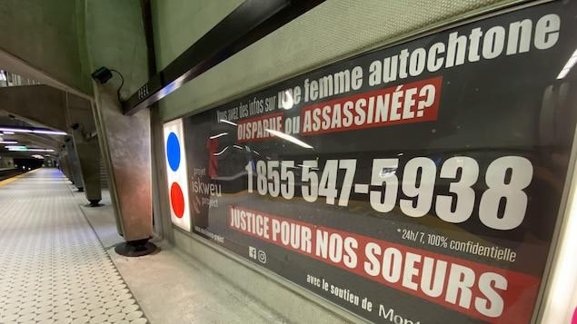 Une affiche de sensibilisation installée dans une station de métro.