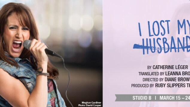 Une femme chante dans un micro sur l'affiche