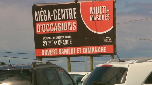 Sur l'affiche est écrit : «Spécialiste du crédit sur place, 2e, 32, 4e chance»