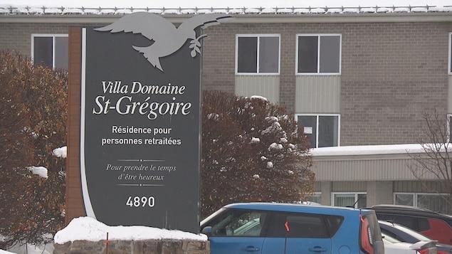 L'affiche indiquant la résidence, en hiver. On peut y lire : « Résidence pour personnes retraitées : prendre le temps d'être heureux ».