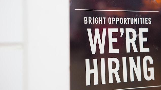 """Une affiche sur laquelle nous pouvons lire """"Nous embauchons"""" en anglais."""