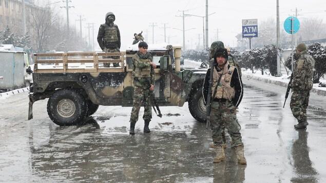 Des soldats des forces de sécurité afghanes bloquent une rue.