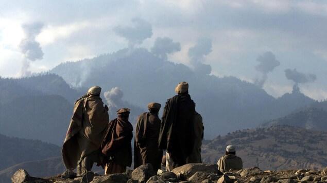Des combattants anti talibans dans les montagnes de Tora Bora, en Afghanistan, en décembre 2001