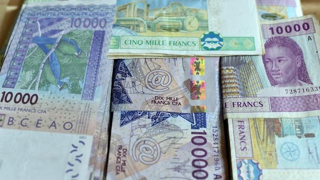 Des liasses de billets de 5000 et 10 000 francs CFA empilées les unes sur les autres.