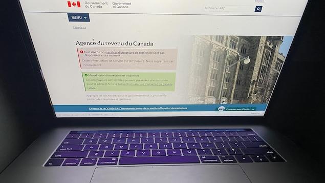 Un écran d'ordinateur sur lequel s'affiche un message de services temporairement indisponibles sur le site web du gouvernement du Canada.
