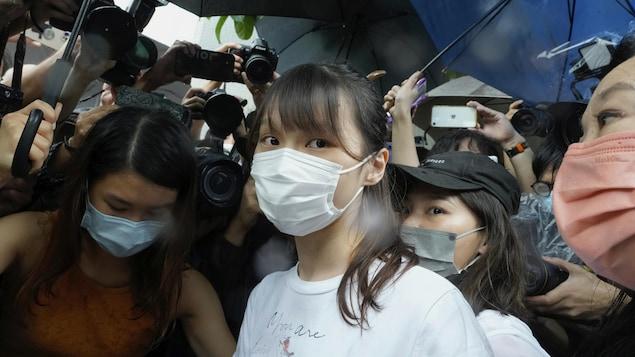 Agnes Chow entourée de journalistes.