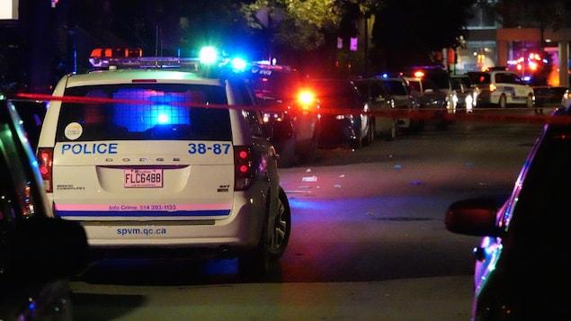 Une voiture de police sur les lieux de l'agression à l'arme blanche.