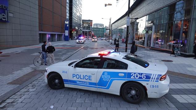 Une auto-patrouille dans une rue.