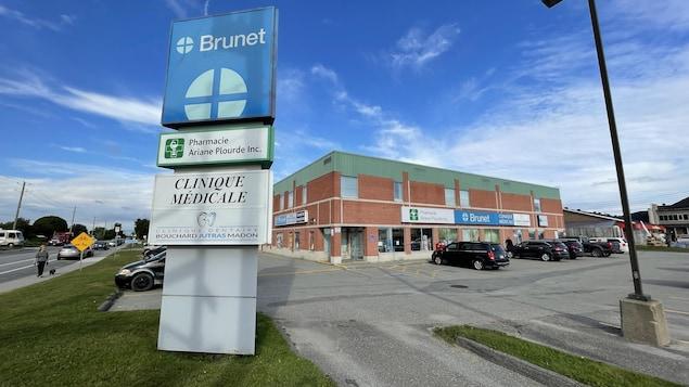 La façade d'une pharmacie Brunet à Sherbrooke.