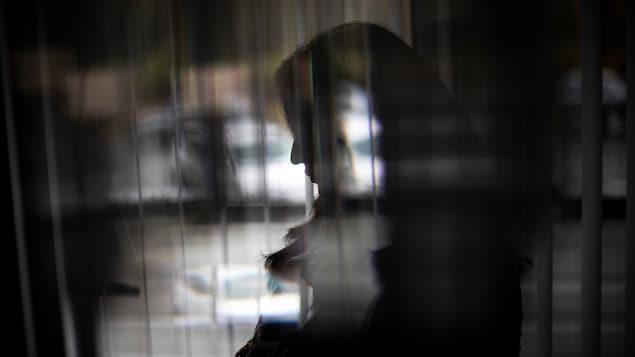 Silhouette de femme dans l'ombre.