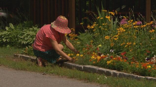 Une femme jardine dans une municipalité de Portneuf
