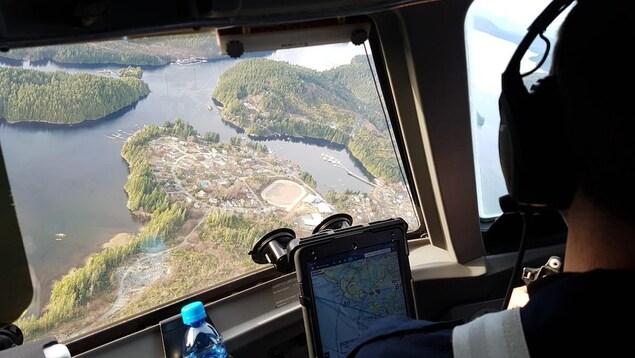 Un pilote d'avion survole la communauté d'Ahousaht