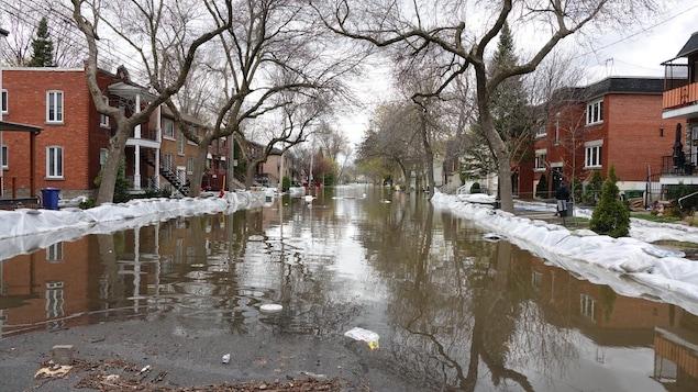 Des digues ont été aménagées de part et d'autre de la rue Cousineau, dans l'arrondissement d'Ahuntsic-Cartierville, touchée par les inondations.