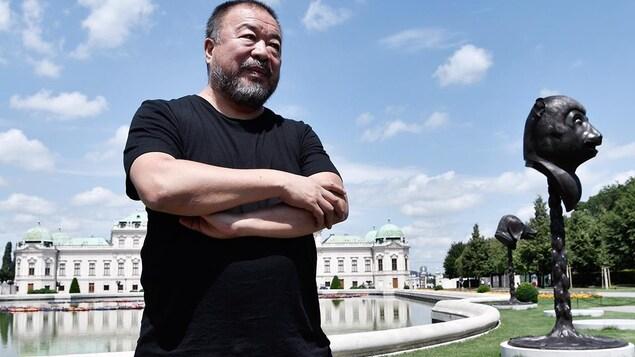 L'artiste Ai Weiwei pose devant ses installations «F Lotus» et «Circle of Animals/Zodiac Heads» à Vienne