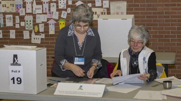 Deux aînées au bureau de vote.