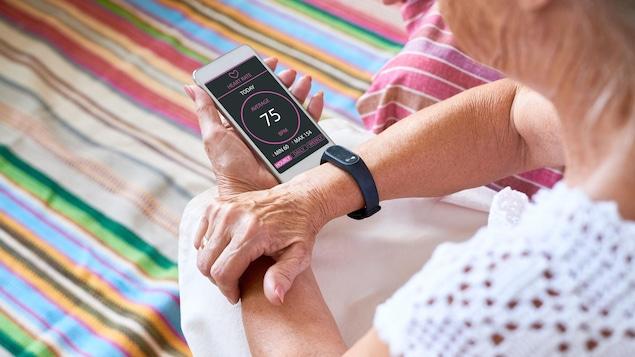 Une femme mesure ses battements cardiaques avec son téléphone