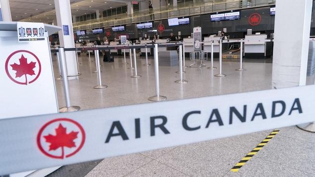 Les couloirs d'attente menant aux comptoirs d'enregistrement d'Air Canada sont vides.