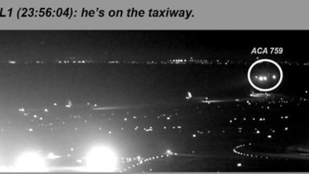 Le vol 759 d'Air Canada est en train de voler juste au-dessus du premier des quatre appareils en attente sur la voie de circulation.