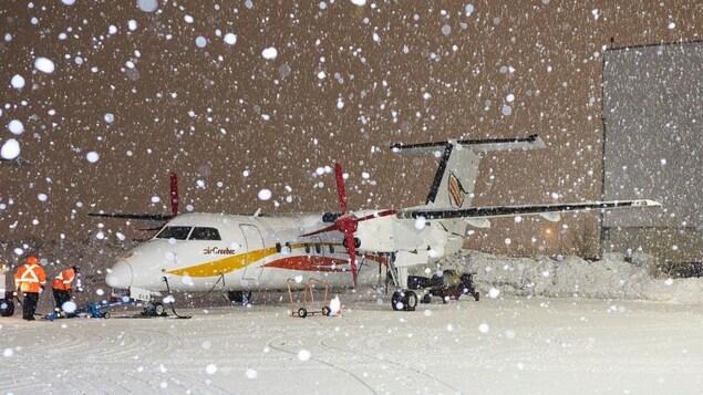 Un avion d'Air Creebec sous la neige.